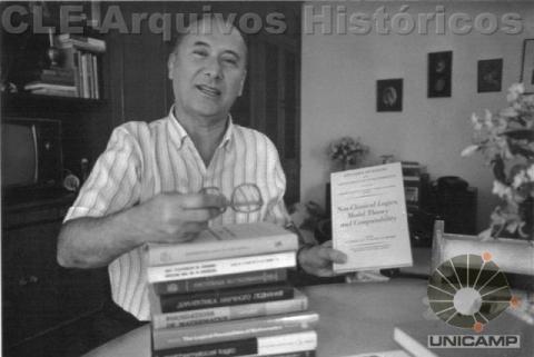 Newton da Costa em seu apartamento em São Paulo em 1988. Fonte: CLE/Unicamp - Arquivos Históricos