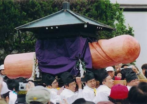 Procissão com o pênis gigante, que é respeitavelmente carregado em um pequeno mikoshi. (Fonte: G1)