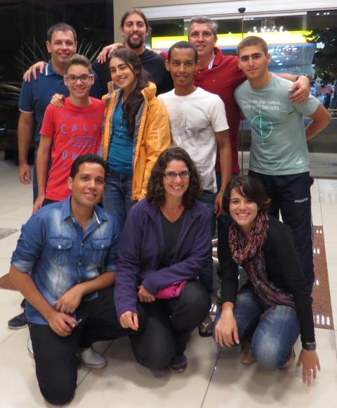 O time completo de alunos e professores vencedores do concurso junto com o Comandante Brandão e o Tenente Rodrigo em Pelotas, RS, após a primeira experiência de voo no Hércules.